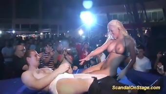 porno-striptiz-na-publike-s-masturbatsiey-video-onlayn-smotret-stalnaya-trevoga-porno-foto